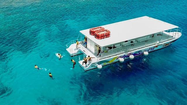 Una gran atracción en West Bay es el Coral Reef Explorer, también conocido como Glass Bottom Boat. El barco está diseñado para los sistemas de arrecifes en las Islas de la Bahía. Desde el barco, los pasajeros pueden ver todo el arrecife de coral sin la exposición de estar en el mar. Es perfecto para aquellos que no están listos para obtener la certificación de buceo.