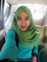 Foto Cewek Cantik Berjilbab Selfie di dalam Mobil