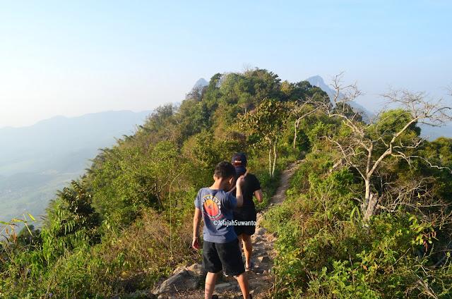 Punggung Gunung Lembu, kiri kanannya jurang | JelajahSuwanto
