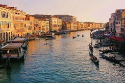 Meski Banjir Bandang Di Venesia, Wisatawan Tetap Tampil Modis