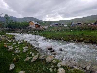 Kurmeti rzeka obok wioski