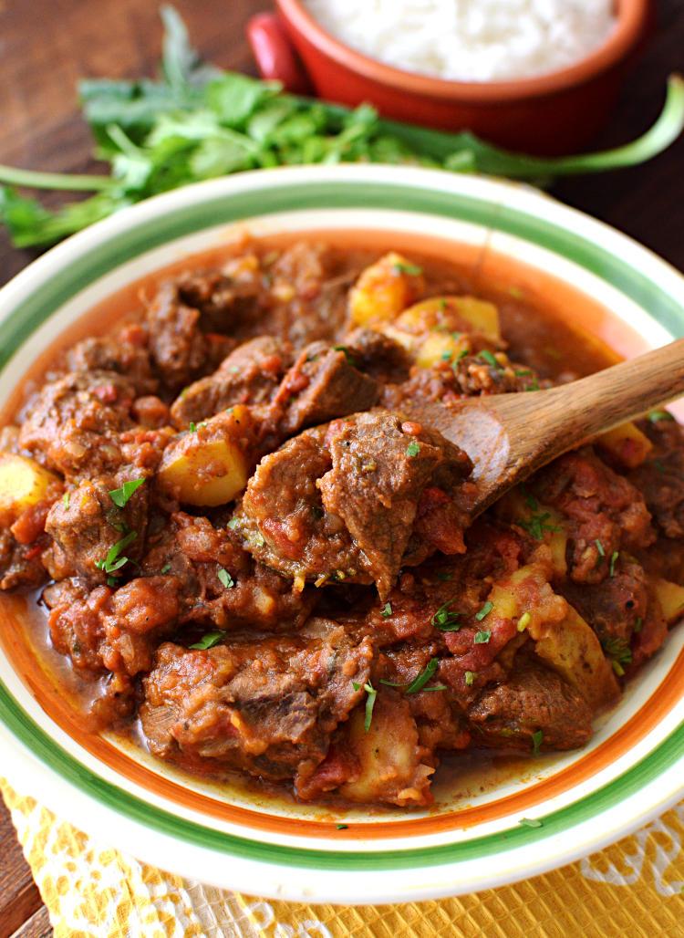Carne guisada acompañada con arroz, es plato para el almuerzo