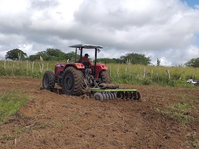 Prefeitura de Serrinha beneficia centenas de produtores rurais com programa de aração de terras