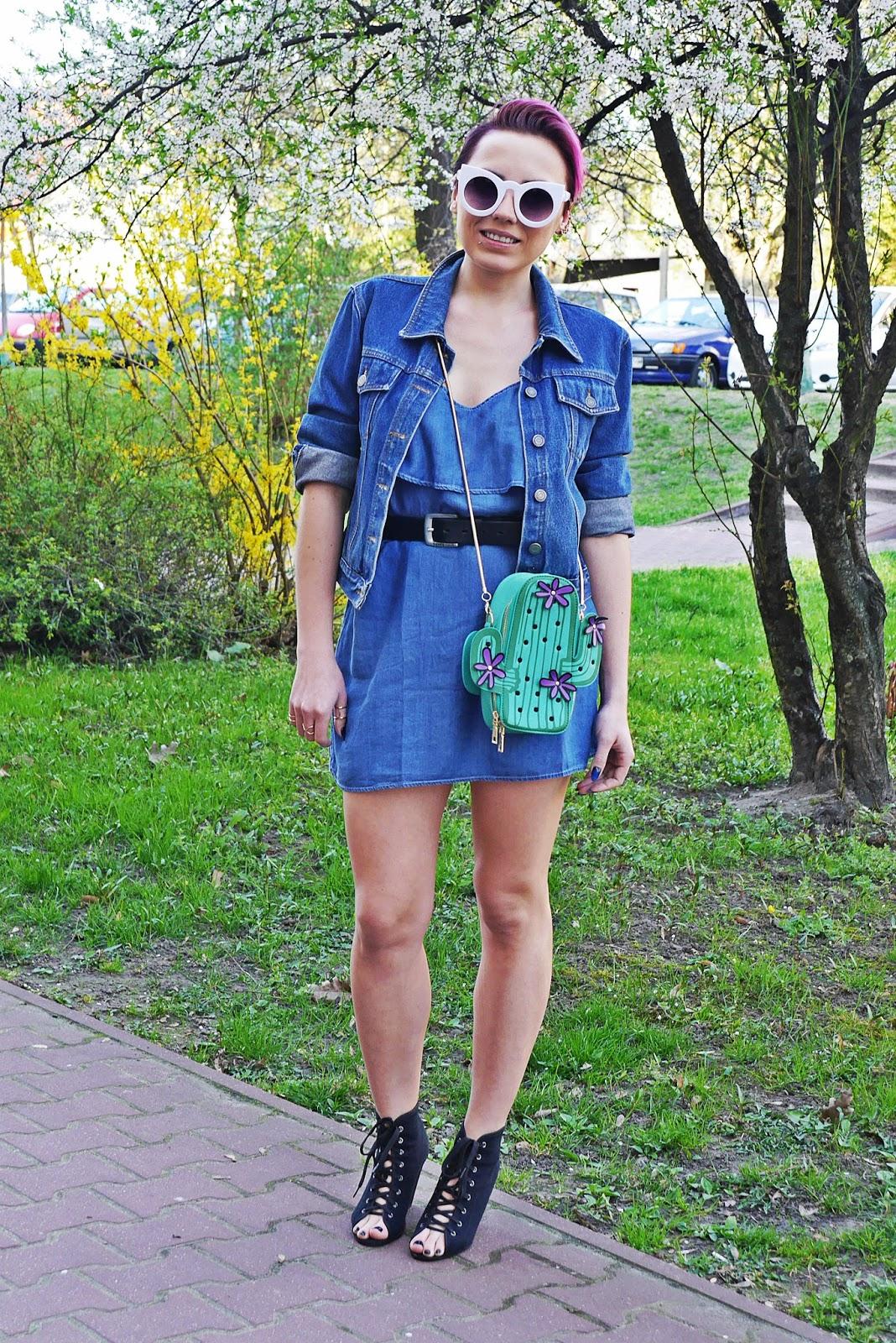 jeansowa_sukienka_torebka_kaktus_biale_okulary_koty_karyn_blog_120417