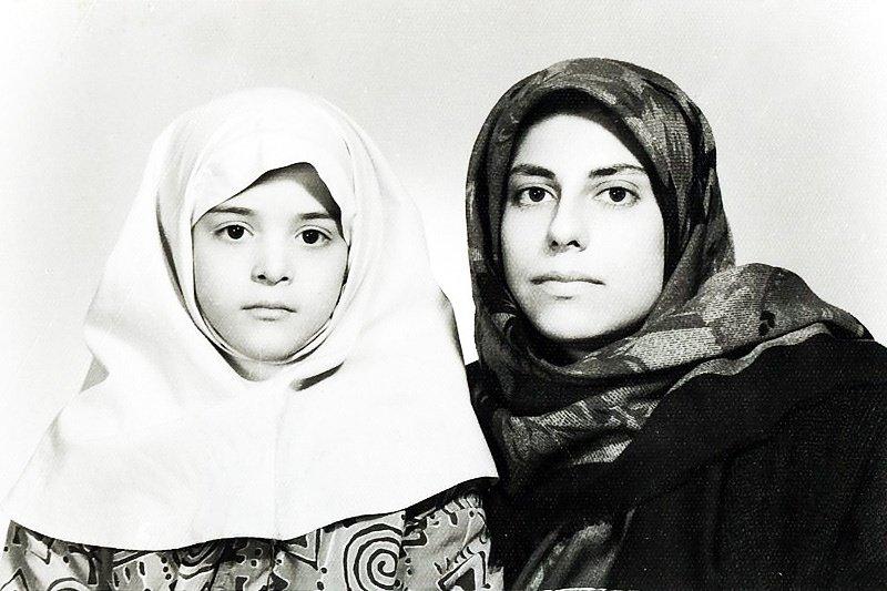 ヒジャブを被った子供のサヘル・ローズとフローラ・ジャスミン