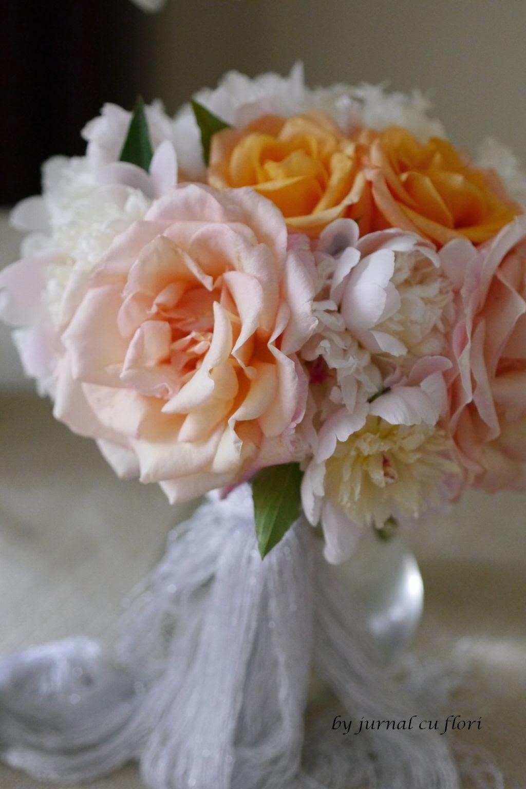 buchet cu bujori si trandafiri   de gradina