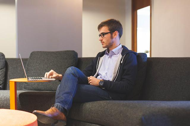 Hombre viendo computadora