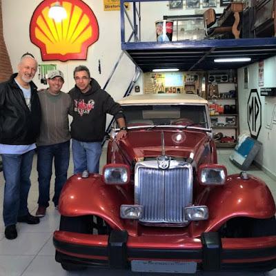 Jaques Woller, Decio Meneguin e Gilberto Martines em sua antiga garagem da Mooca.