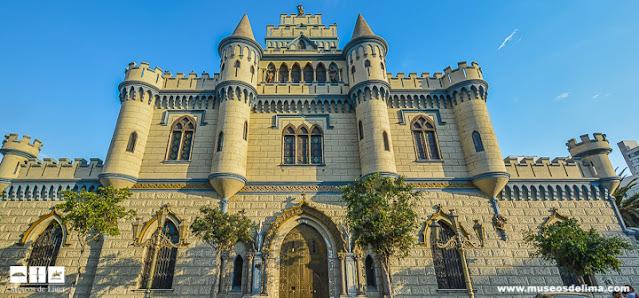 casa em formato de castelo com duas torres