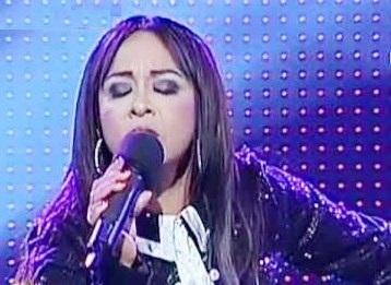 Foto de la imitadora de Ana Gabriel por Blanca Bobadilla cantando