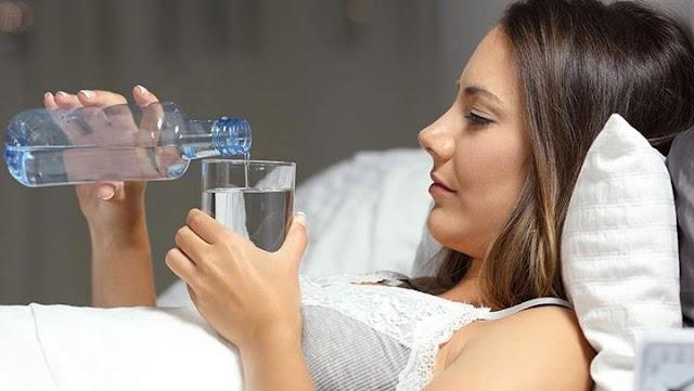 Γιατί πρέπει να πίνουμε ένα ποτήρι νερό αμέσως μόλις ξυπνάμε;