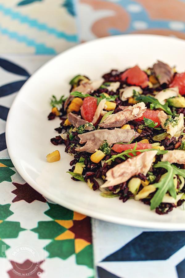 Salata od crnog pirinča sa dimljenom skušom