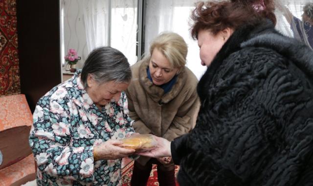 Мех, стыд и жлобство: Крымские чиновницы в шубах подарили блокадникам… по батону и медальке