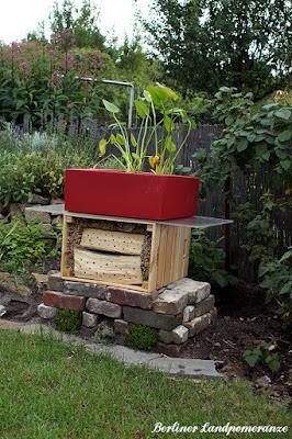 Wildbienenhotel mit Miniteich