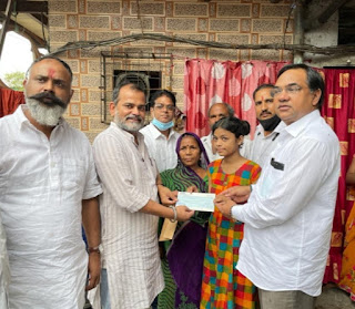 #JaunpurLive : उत्तर भारतीय मेधावी छात्रा को उत्तर भारतीय मोर्चा ने दिया 21 हजार रुपए का धनादेश