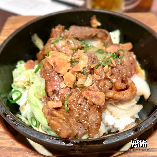 【石燒炒飯店】自己的飯自己炒 用力拌炒高溫石鍋裡的飯與配料