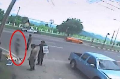 Ανατριχιαστικό βίντεο: H «ψυχή» μιας γυναίκας αφήνει το σώμα της μετά από τροχαίο δυστύχημα