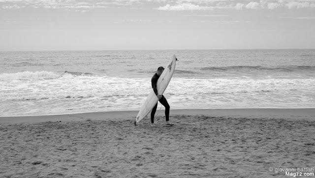 Surfer con surf sottobraccio