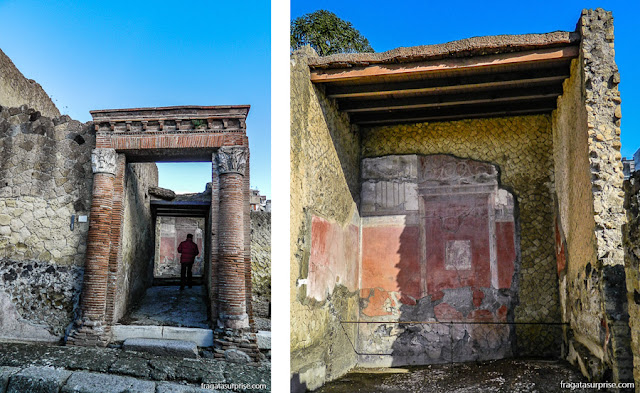 Pórtico e afresco nas Termas de Herculano