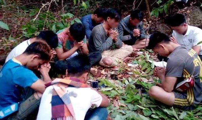 Para escapar de perseguição, cristãos do Laos oram dentro de floresta