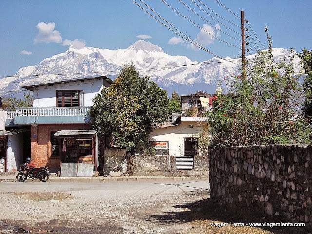 Pokhara: o Himalaia circunda a cidade
