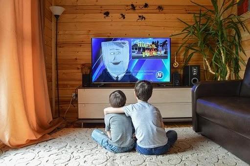 Percepção dos pais é que 76% das crianças passou a ver mais televisão na quarenta