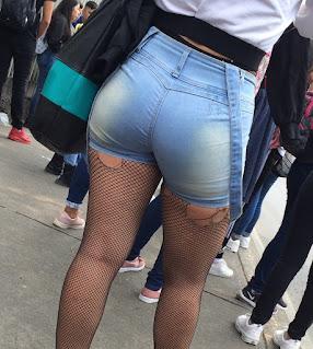 Mexicana lindas piernas nalgas redondas shorts apretados