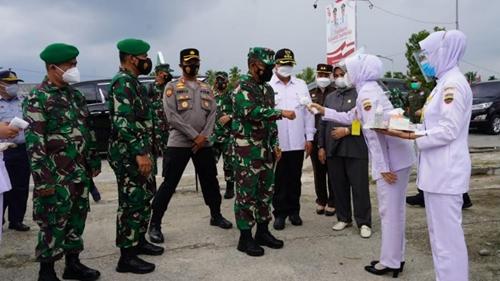 Pangdam I/BB Tinjau Pelaksanaan Serbuan Vaksinasi TNI Di Solok