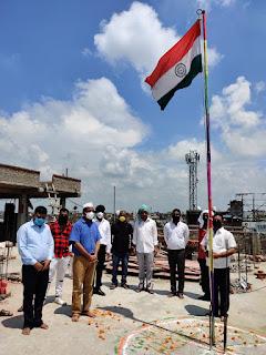 डॉ. स्वयंभू शलभ ने किया झंडोतोलन  #NayaSaveraNetwork