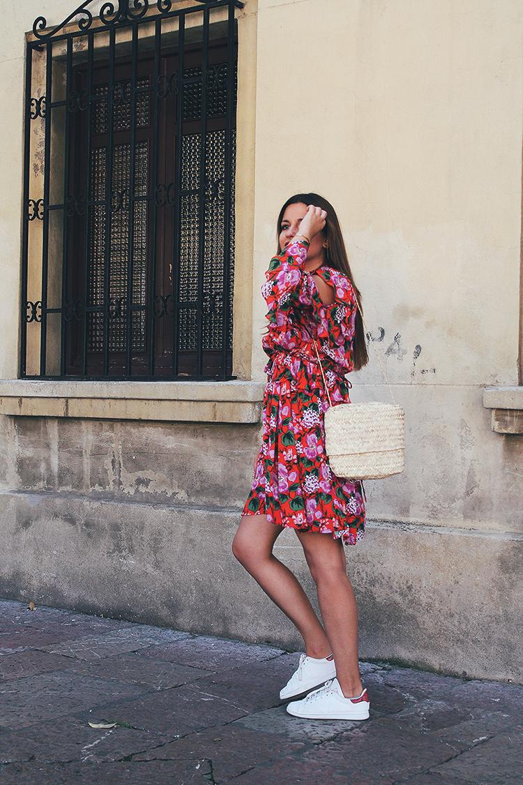 outfit con vestido de flores de verano y zapatillas
