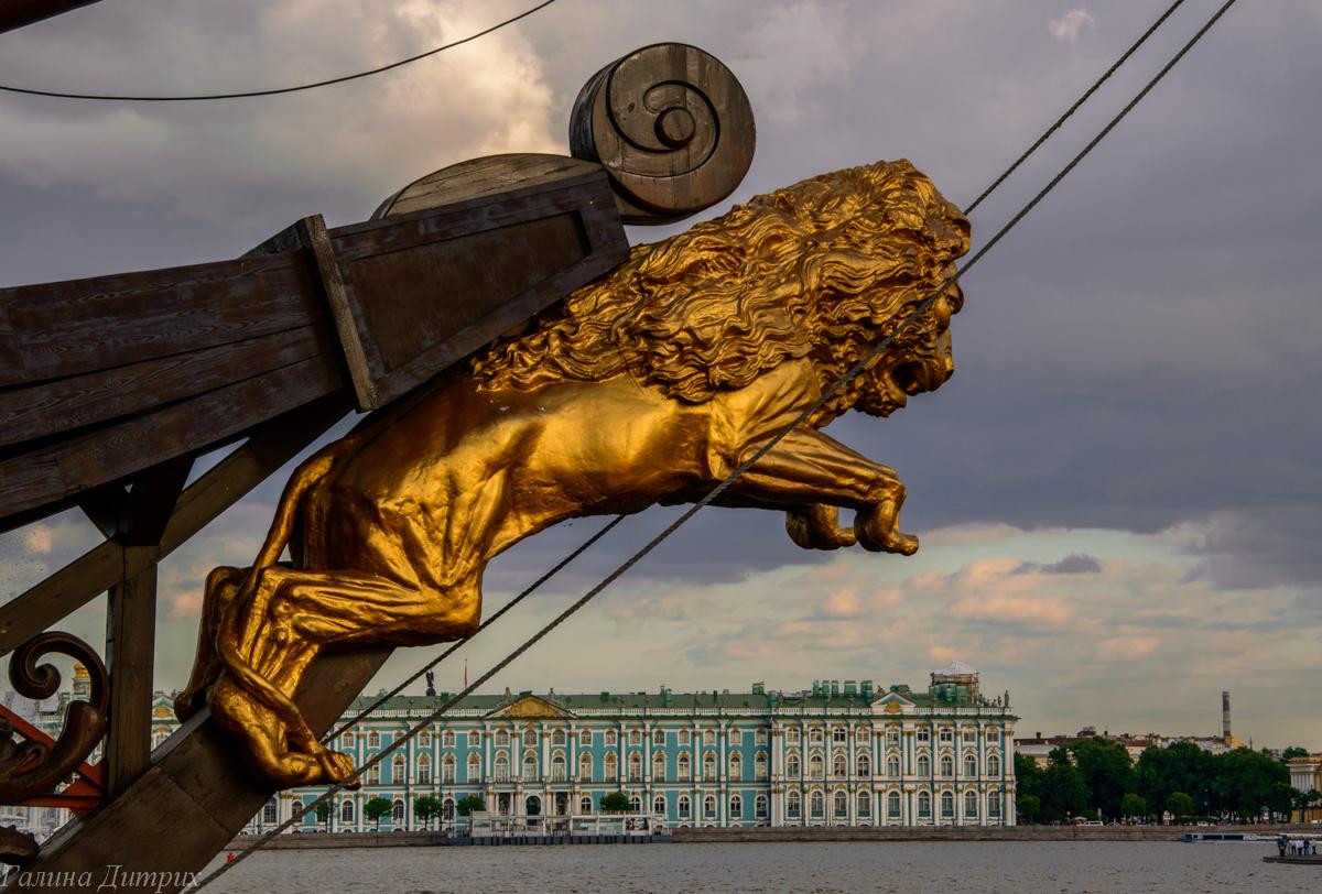 Лев на корабле Летучий голландец в Санкт-Петербурге фото