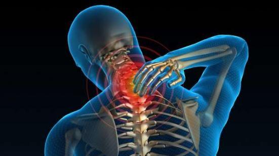 njeri duke prekur qafën nga dhimbja kronike