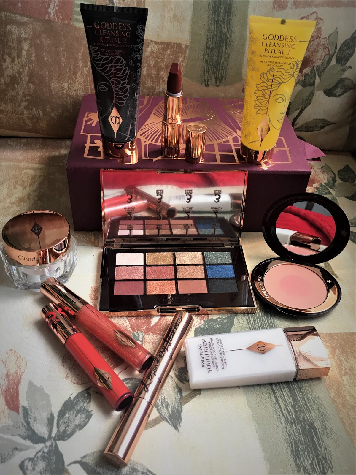mystery-box-face-cream-skincare-lipstick-latex-love-magic-cream-youth-primer-mascara-lipgloss-cleanser-palette-icon-blush-chalotte-tilbury-uk-2019-winter-december-makeup-luiza-calini-beauty-lifestyle-blogger-uk-leeds-bradford-westyorkshire