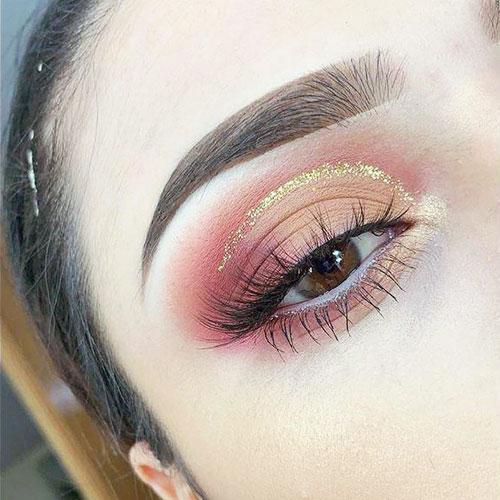 Smokey eyes en rosa con línea dorada en la cuenca del ojo
