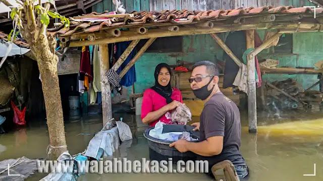 Komunitas Content Creator Bantu Warga Terdampak Banjir di Sukawangi