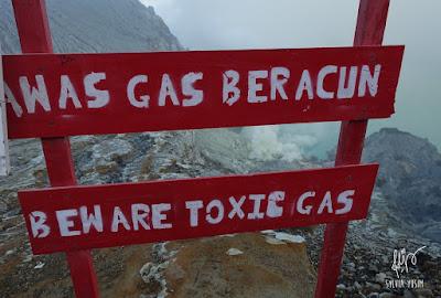Kawah Ijen ditutup sementara karena keluar gas beracun.