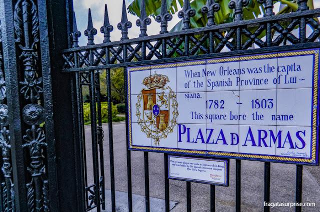 Placa relembra a origem espanhola de Jackson Square, em Nova Orleans