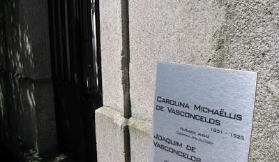 Placas dos túmulos de Carolina Michaelis e Joaquim Vasconcelos