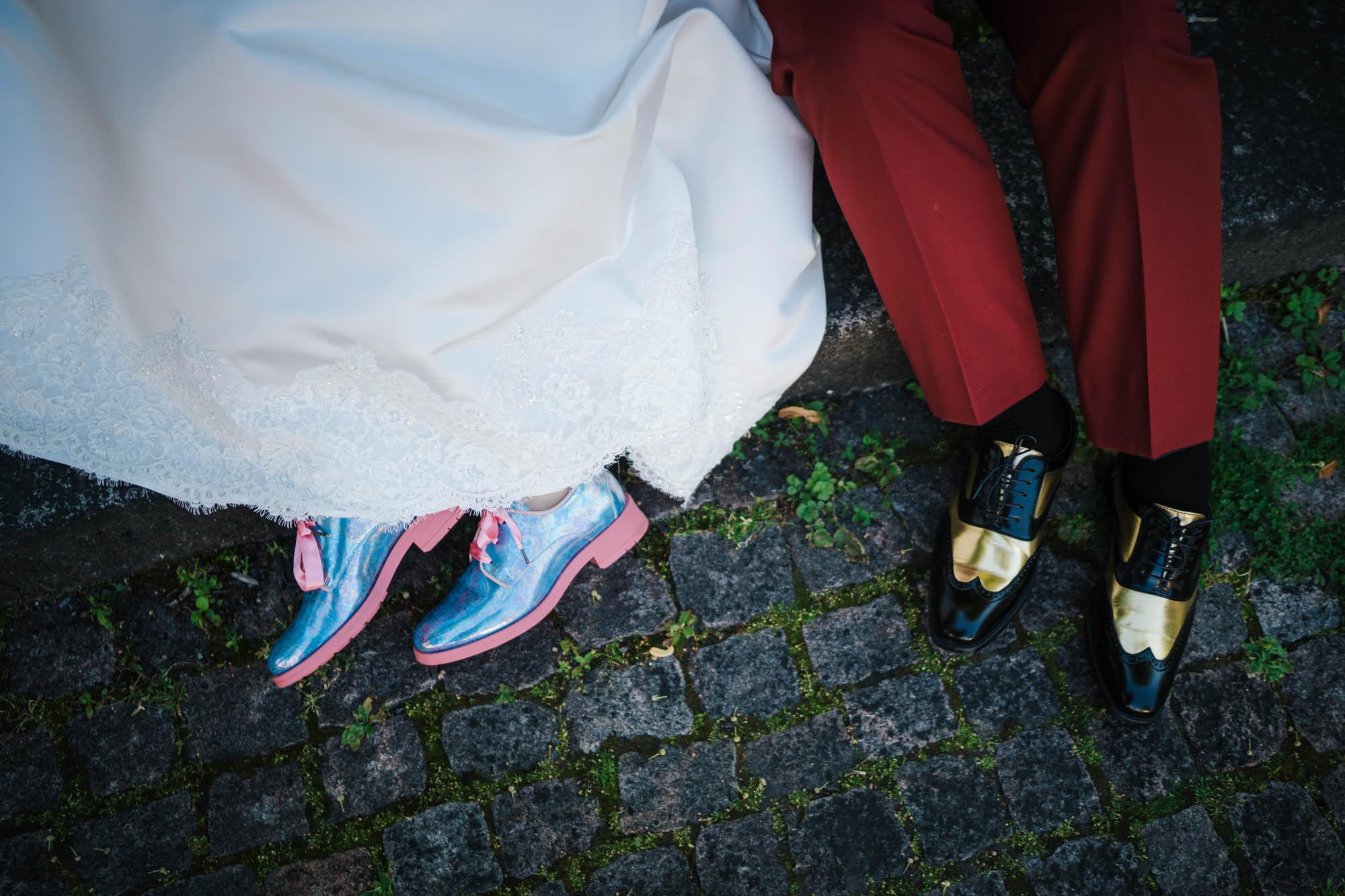 morsiamen turkoosit kengät ja sulhasen kultaiset kengät