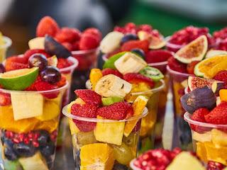 membuat-salad-buah-untuk-diet.jpg