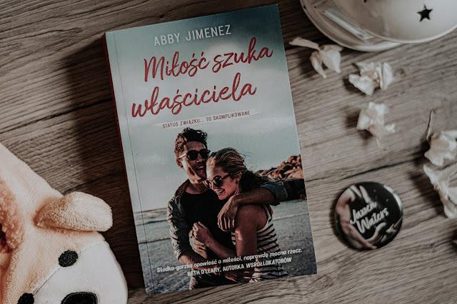"""Abby Jimenez - ,,Miłość szuka właściciela"""" (recenzja)"""