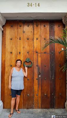 Aldrava de animal marinho na porta histórica de Cartagena - O que fazer em Cartagena, Colômbia