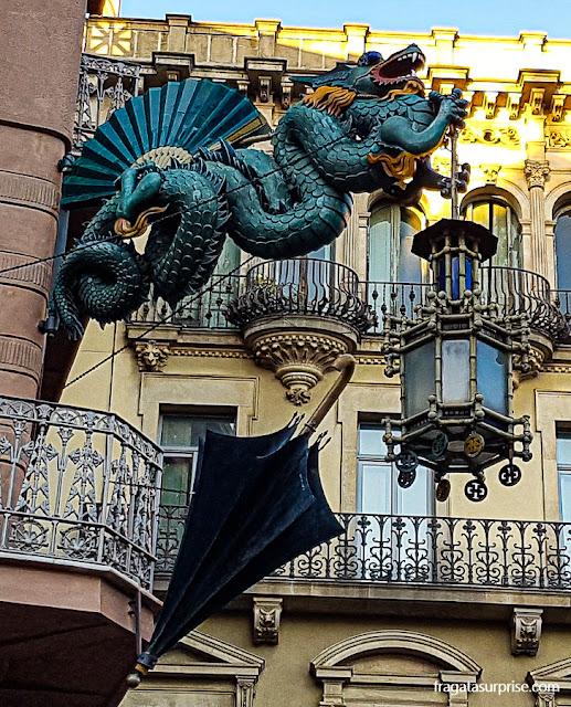 Dragão na fachada da Casa Bruno Cuadros, nas Ramblas de Barcelona