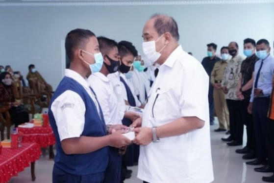 Pelajar SMPN Terima Bantuan HP dari Wali Kota Tebing Tinggi