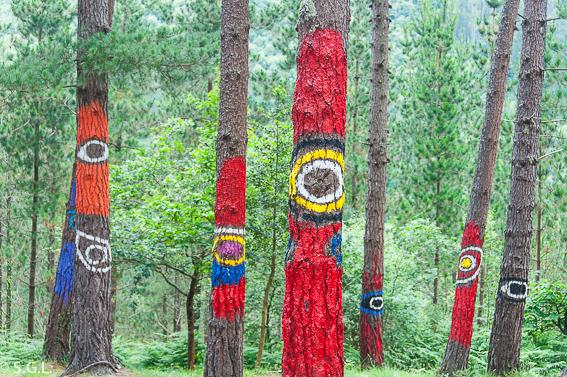 Ojos en el bosque pintado de Oma de Ibarrola