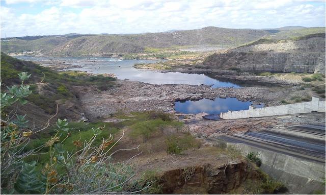 Rio São Francisco mostrando sua ossatura no ciclo seco de 2012-2017, a jusante de Xingó - Imagem de Neison Freire