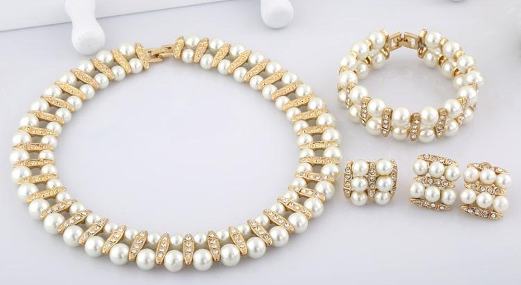 c87c9e45aba Chokers are jewellery for every time so you can wear it almost anywhere.  The pearl pendant gives it a complete look of beauty and elegance.