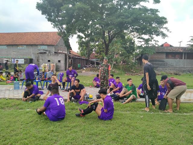 Babinsa Cawas Pantau kesiapan Tim Sepakbola Di wilayahnya