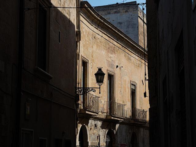 Fachada barroca en Lecce a contraluz con farol