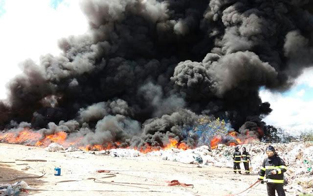 Incêndio atinge galpão de materiais recicláveis em Feira de Santana (Foto: Divulgação/Corpo de Bombeiros Militar)